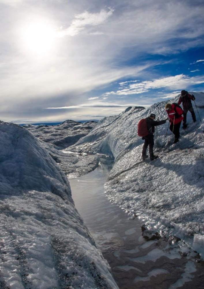 Inlandsisen - frozen creek w people (7491 Bjorn)
