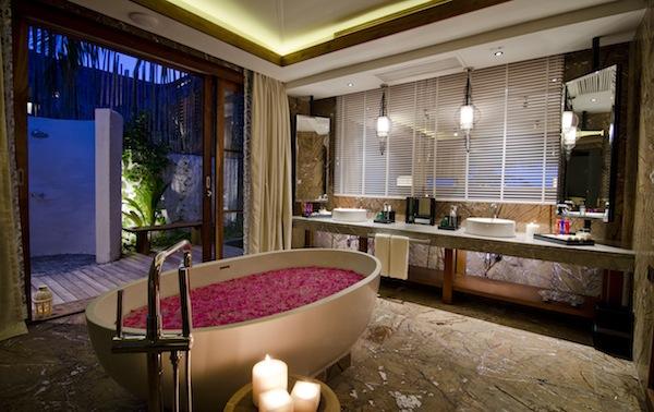 Jumeirah Vittaveli - Beach Suite Bathoom