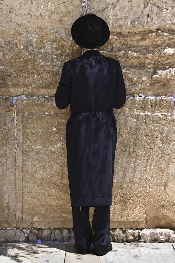 Man vid mur