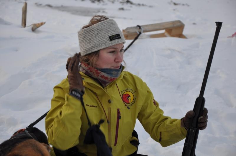 Vår andra guide, Trude, gör i ordning geväret. Foto: Matz Thomassen