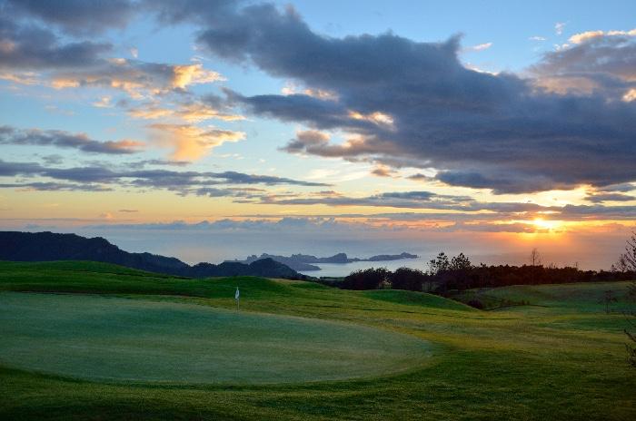 Golfbana i solnedgang