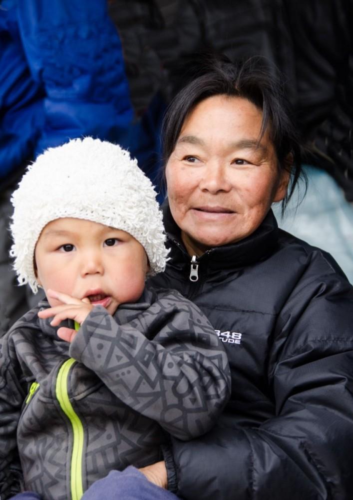 Grönlandskryssning - Appilattoq, mother and child (4342 Bjorn)