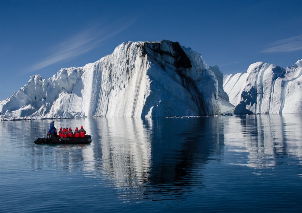 Grönlandskryssning - zodiac and iceberg (6595 Bjorn)