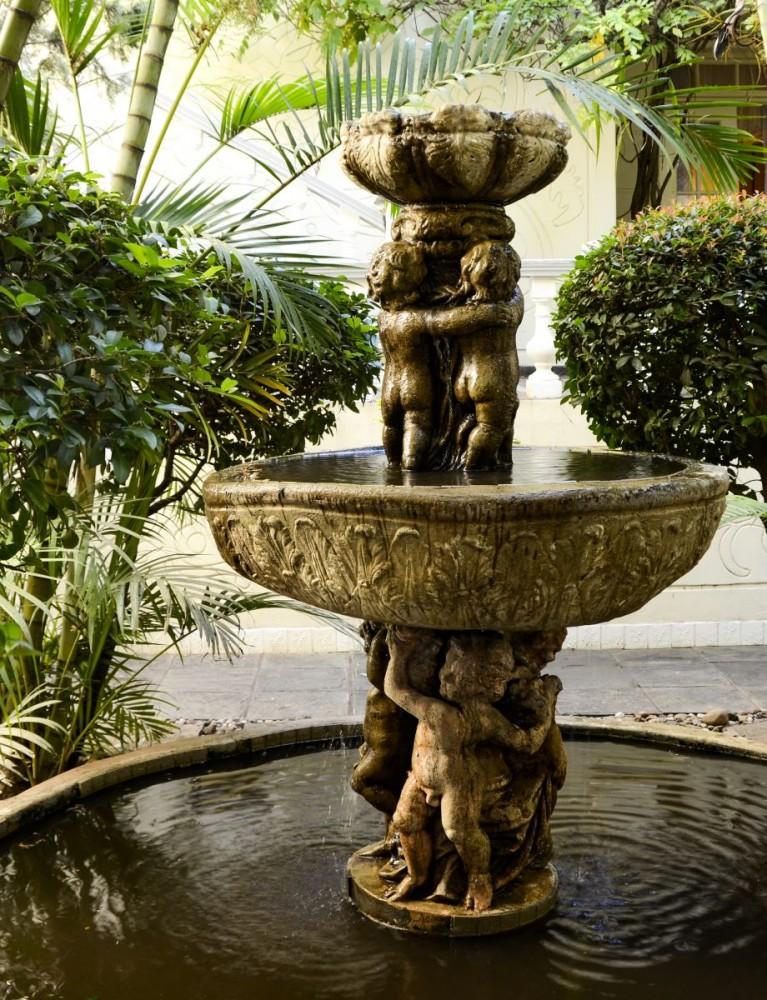 Illyria House - fountain (16B0468_01)